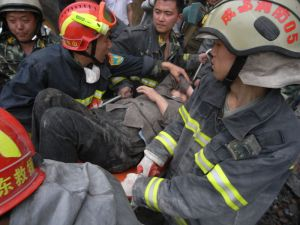 Effecting a rescue (Dujiangyan). Photo by miniwiki.